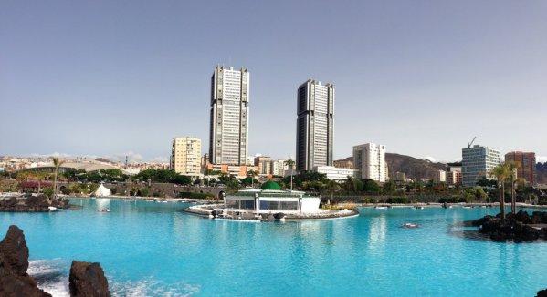 """Pohľad na obytný komplex dvojičiek """"Torres Gemelas"""" z kúpaliska Parque Marítimo v St. Cruz de Tenerife"""