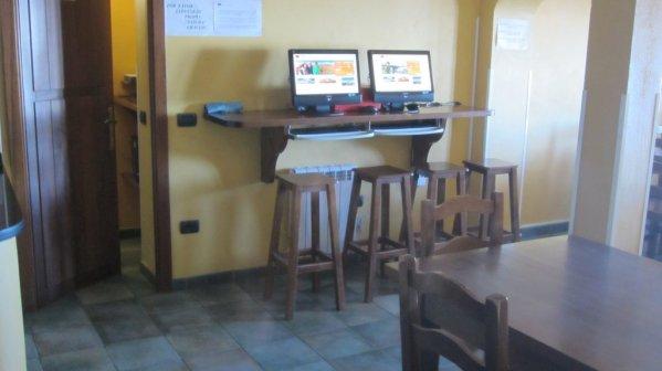 K dispozícii sú aj počítače a internet. Wifi je k dispozícii za poplatok
